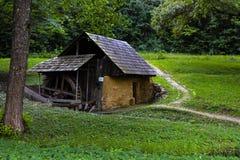 Traditionellt mala huset i skogen Arkivbild