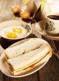 Traditionellt malaysiskt rostat bröd och kaffe för frukostkayasmör Royaltyfri Foto