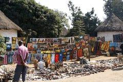 Traditionellt marknadsföra för afrikanska hantverk Arkivbild