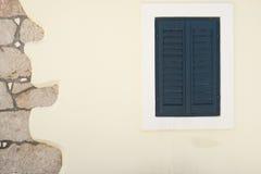 Traditionellt medelhavs- fönster på den vita väggen Arkivfoto