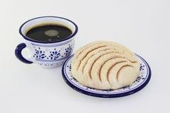 Traditionellt mexikanskt bröd och kaffe Fotografering för Bildbyråer