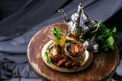 Traditionellt moroccan mintkaramellte med koppartekannan, data och socker Royaltyfri Bild