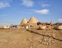 Traditionellt mudbrick'bikupa'hus med konformade tak i Harran, Turkiet arkivbild
