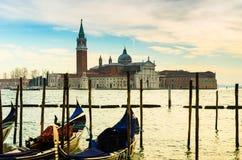 Traditionellt nätt kyrkligt komplex på kanalen i Venedig, Italien royaltyfria bilder