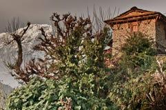 Traditionellt nepalesiskt hus som trekking till Annapurnaen fotografering för bildbyråer