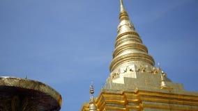 Traditionellt nordligt för forntida guld- pagod på Thailand, Wat Phra That Chae Haeng på Nan, Thailan lager videofilmer