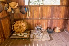 Traditionellt nordligt thailändskt kök med gammal kitchenware, Chiang Mai royaltyfri foto