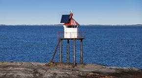 Traditionellt norskt fyrtorn royaltyfria bilder