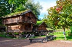 Traditionellt norskt hus med grästaket Den norska Museuen royaltyfri bild