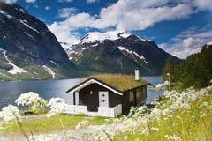 Traditionellt norskt hus på Eikesdalsvatnet laken Arkivbilder