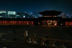 Traditionellt och det modernt, Gyeongbokgung slott i Seoul, Korea royaltyfri fotografi