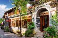 Traditionellt orientaliskt kinesiskt hus på en hemtrevlig gata i Lijiang Royaltyfri Foto
