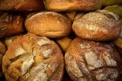 Traditionellt polskt bröd på marknadsfyrkanten Arkivfoton