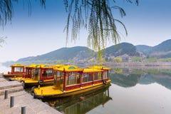 Traditionellt porslinfartyg på en sjö Arkivbild