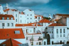 Traditionellt rött och vitt landskap av Lissabon Historiskt centrum som byggs på sidan av kullen royaltyfria bilder