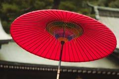 Traditionellt rött paraply för Japan Tokyo Meiji-jingu Shintorelikskrin Arkivfoton