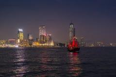 Traditionellt rött skräpfartyg i Victoria Harbor i Hong Kong Arkivbilder