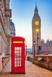 Traditionellt rött telefonbås i London Royaltyfria Bilder