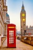 Traditionellt rött telefonbås i London arkivbilder