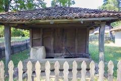 Traditionellt romanian trähus arkivbild