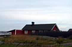 Traditionellt rött svenskt stugahus Arkivbild