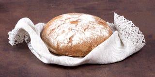 Traditionellt runt bröd på den lantliga tabellen Royaltyfri Fotografi