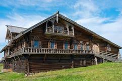 Traditionellt ryskt hus på ön Kizhi, Karelia, Ryssland Arkivbilder