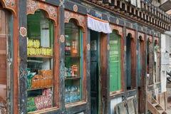 Traditionellt shoppa sälja lokalt gods i Thimphu, den lilla huvudstaden av Bhutan arkivbilder