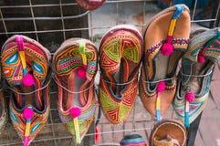Traditionellt skodon av Nepal Lokalt konsthantverk stannar i Katmandu royaltyfria bilder