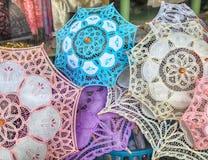 Traditionellt snöra åt paraplyer i souvenir shoppar i Lefkara, Cypern Royaltyfri Foto