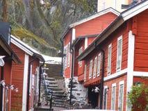 Traditionellt svenska röda trähus i Norrtälje arkivbilder