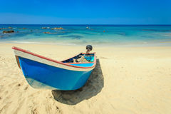 Traditionellt thailändskt fartyg för lång svans på stranden i Thailand Royaltyfri Bild
