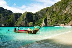 Traditionellt thailändskt motoriskt fartyg på turkosvatten i Maya Bay Arkivfoto