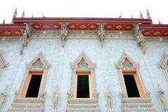 Traditionellt thailändskt utformar det kyrkliga fönstret Royaltyfria Bilder
