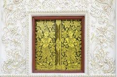 Traditionellt thailändskt stilfönster med konstgarnering Arkivfoton