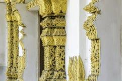 Traditionellt thailändskt stilfönster med konstgarnering Arkivbild