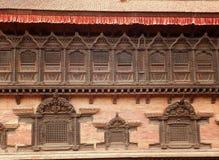 Traditionellt tillverkat träfönster Nepal lopp som tillverkar royaltyfri bild