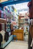 Traditionellt torkdukelager i marknad i Houmt El Souk i Djerba, Tunisien arkivbilder