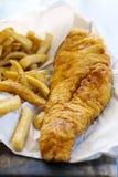 traditionellt trä för brittisk tabell för chipfiskmellanmål Royaltyfri Foto