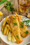 traditionellt trä för brittisk tabell för chipfiskmellanmål royaltyfria foton