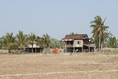 traditionellt trä för kambodjanska hus Kampot Cambodja Arkivfoton