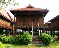 traditionellt trä för kambodjanskt hus Arkivfoto