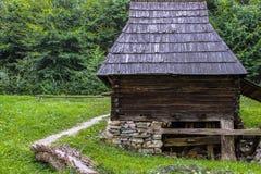 Traditionellt trähus från Rumänien Royaltyfri Fotografi