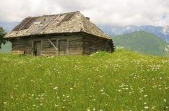 Traditionellt trähus i berg Fotografering för Bildbyråer