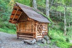 Traditionellt trähus i det Carpathian. Arkivbild