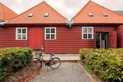 Traditionellt trähus i historiskt område av Köpenhamnen, Danmark Cykel parkerat gammalt hus för forntid på stadsgatan arkivfoto