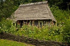 Traditionellt trähus med en trädgård Royaltyfri Foto