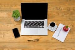 Traditionellt träskrivbord med modern teknologi för mobil wor Royaltyfria Bilder