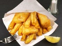 traditionellt tr? f?r brittisk tabell f?r chipfiskmellanm?l arkivbilder