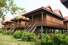 traditionellt trä för kambodjanska hus Arkivbilder